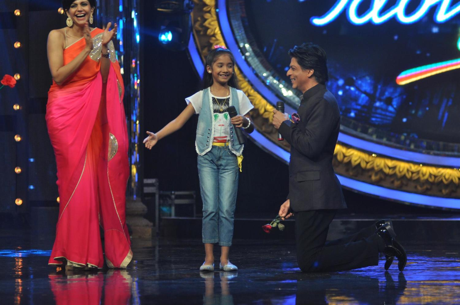 SRK interacting with little contestants on Indian Idol Junior sets 2