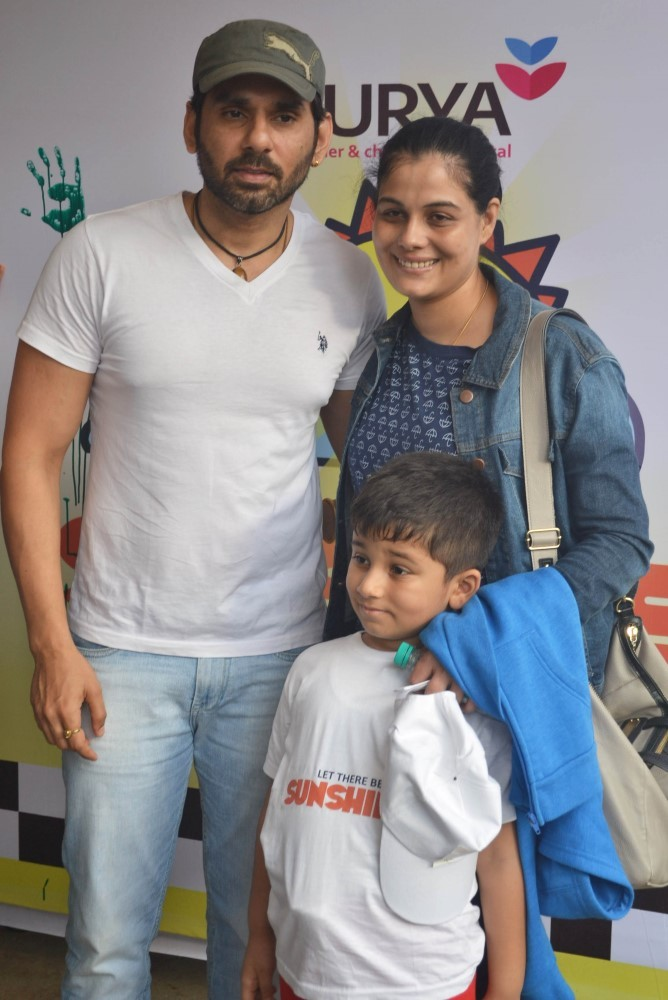 TV actor Sikander Kharbanda with his family at the flag off for ...
