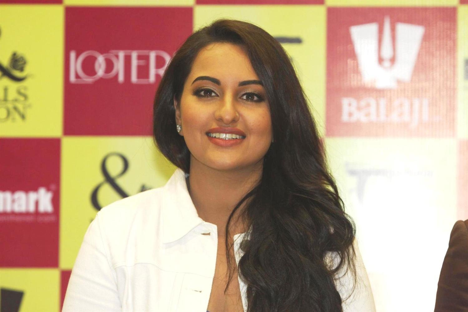 Sonakshi Sinha at the launch of special LOOTERA edition of Mills and