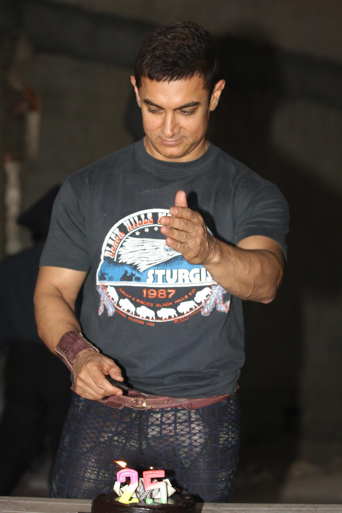 Aamir Khan cutting special cake on his 25 years completion in ...