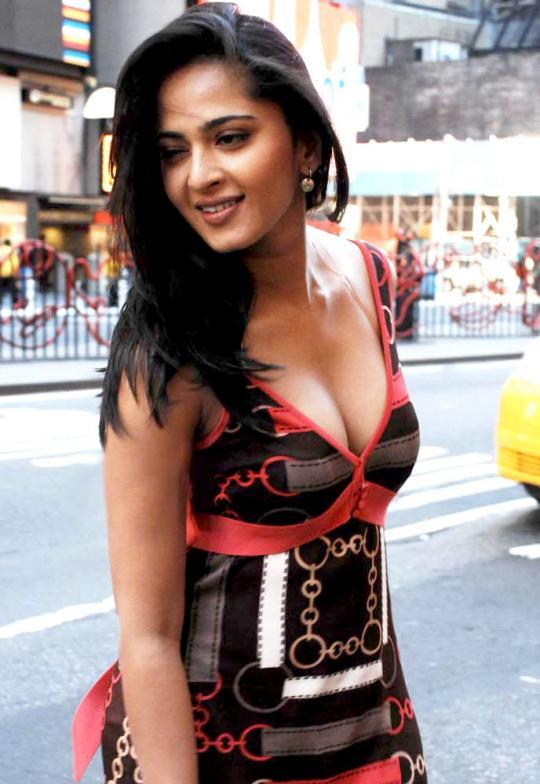 muomjgpjyl61tlbu.D.0.anushka-shetty-boobs-cleavage.jpg (540×784)