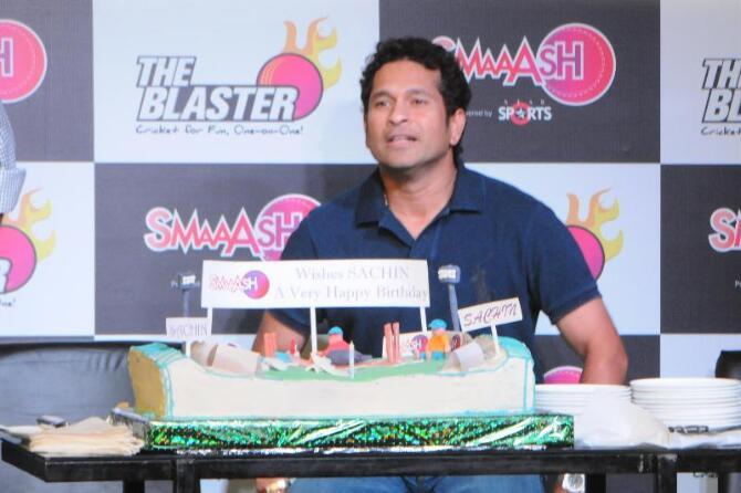 Birthday Cake Images Sachin : Indian Cricketer Sachin Tendulkar cutting his 40th ...