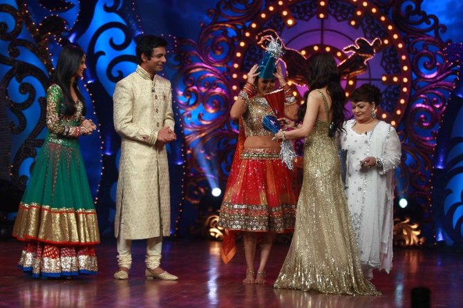 Jennifer Winget Sunil Grover Genelia Saroj Khan on shooting sets of dance reality show Nachle Ve at RK Studios in Mumbai  2