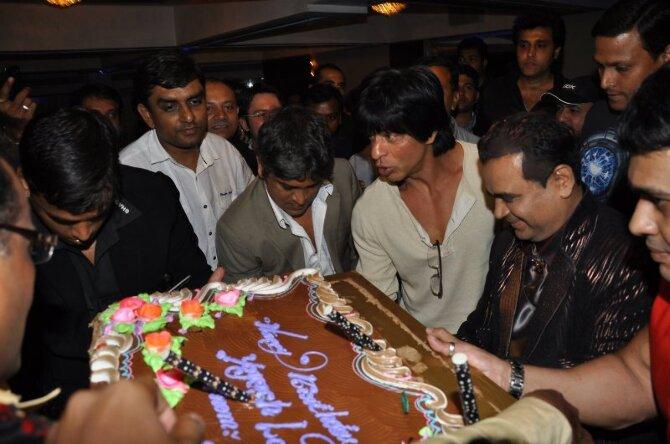 Cake Images For Yogesh : Shah Rukh Khan at Yogesh Lakhani s birthday cake cutting ...
