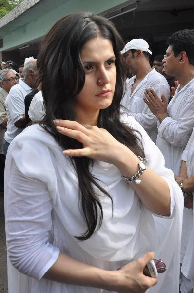 Actress Zarine Khan at funeral of Dara Singh in Juhu Crematorium in Mumbai  1