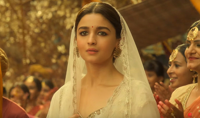 Alia Bhatt   Madhuri Dixit KALANK Movie Song Pic  5