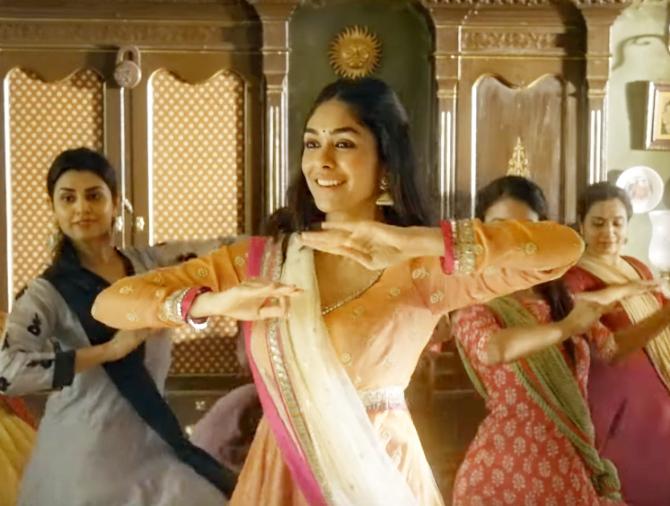 Jugraafiya song from Super 30 starring Hrithik Roshan   Mrunal Thakur  21