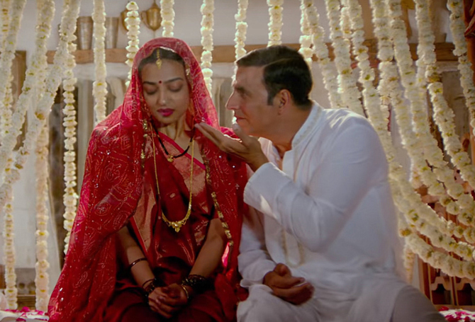 Radhika Apte   Akshay Kumar Starrer Padman Movie Song Stills  14