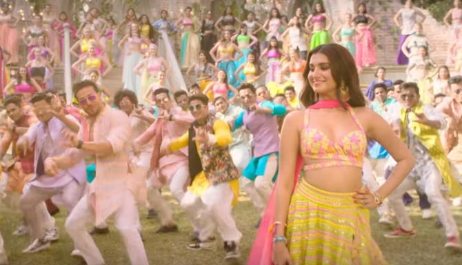 Mumbai Dilli Di Kudiyaan Song Starring Tara Sutaria  Ananya Panday   Tiger Shroff  4