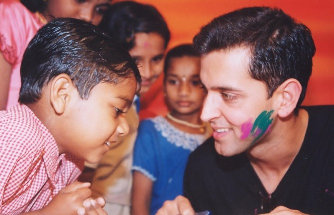 Hrithik Roshan played holi with kids