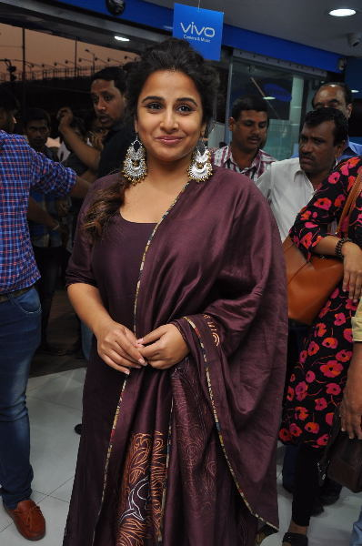 Vidya Balan at Yes Mart in Hightech City  Madapur  Hyderabad to Promote Kahaani 2 Moive  11