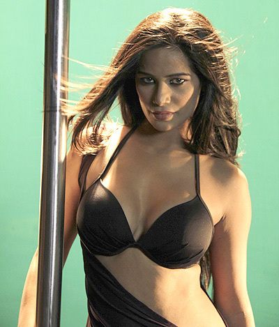 Poonam Pandey Pole Dance for Nasha Movie Promotion Image