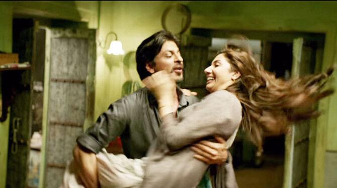 http://datastore02.rediff.com/h450-w670/thumb/69586A645B6D2A2E3131/buxgvzqben06dnip.D.0.Mahira-Khan-and-Shah-Rukh-Khan-Raees-Movie-Stills--6-.jpg