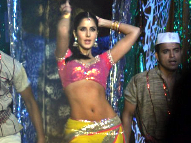 Katrina Kaif dancing at 18th Annual Colors Screen Awards at MMRDA Photo