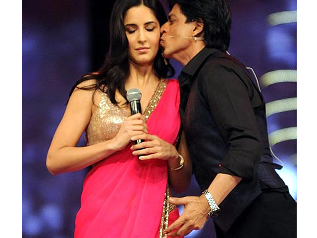 Katrina Kaif gets Kiss from Shahrukh Khan at 18th Screen Awards Pic