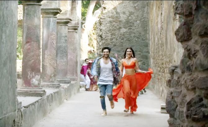 Kriti Sanon   Kartik Aaryan starrer Luka Chuppi Song Poster Lagwa Do Photos  27