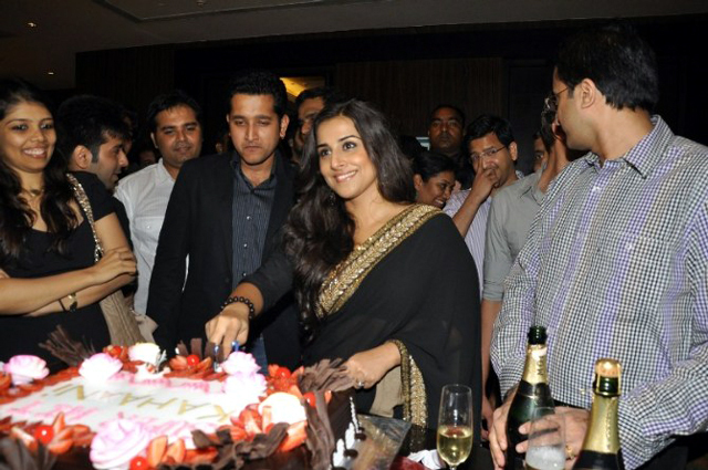 Vidya Balan cutting the special cake at her film KAHAANI success party in Mumbai Photo